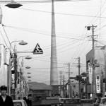 当時の駅通りから無線塔