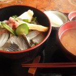 新鮮な魚介てんこ盛り、海鮮丼