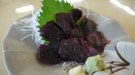 その日ごとのおすすめ一品料理も。この日はクジラの刺身(580円)が。