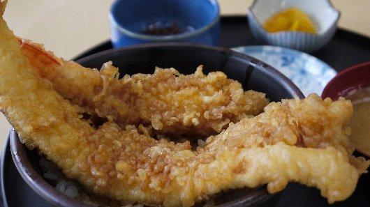 丼にも、画像にも収まりきれない「たこ八」のエビ穴子天丼(1,200円)