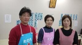 社長(左)、女将さん(中央)、と元気なスタッフの皆さんがお待ちしています。