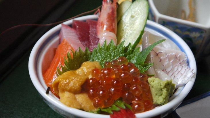 まぐろ・はまち・サーモン・うに・いくら・甘エビ…大満足のミニ海鮮丼