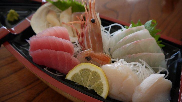 「刺身定食」は、新鮮刺身が舟盛りで
