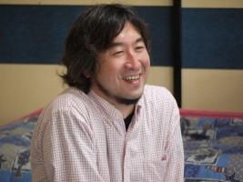 こどもたちの楽しそうな様子を笑顔で見守るヨシユキ副園長