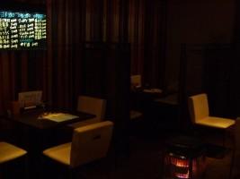 「炭火焼 ダイニング蓮」のお店の中。日本酒も豊富♪