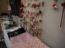 ベスト・布地・刺繍糸などを販売。売上から支援金に寄付されます。