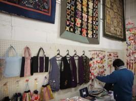 つるし飾りや、巾着などの販売コーナーも開設。