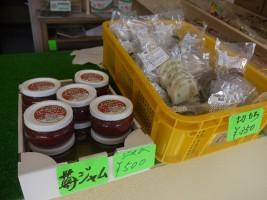 苺ジャムや、相馬地域の物産も販売しています。