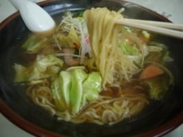 醤油味にシャキシャキ野菜てんこ盛り「飯舘ラーメン」(700円)