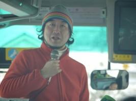 出発のバス車中、ヨシユキ副園長先生挨拶