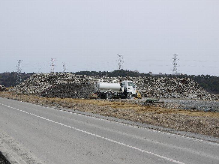 津波から1年、暮らしの跡が仮置場に集積されたままとなっています。