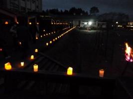 原町第二中学校の校舎に沿って灯されたキャンドルのあかり