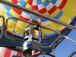 のまおい夢気球のバナーが点火され空の散歩へ出発します