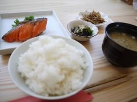 報徳庵、お昼の「朝市 焼き鮭定食」(500円)