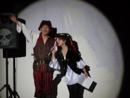らーくふぁみりー海賊団じんたん船長(左)