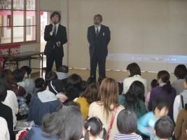 よつば保育園ヨシユキ副園長(左)と、アダマイ博士(右)
