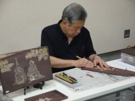 木彫りの実演と展示