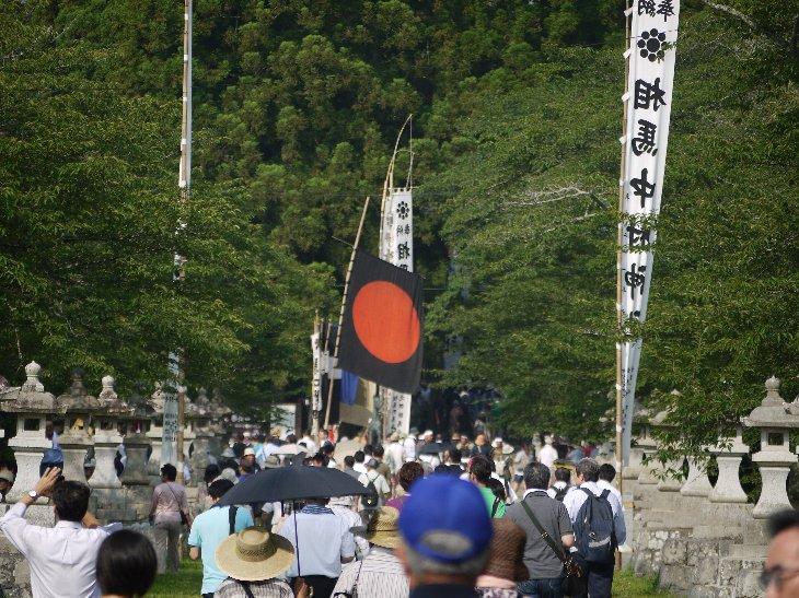 宇多郷出陣騎馬お行列を待つ相馬中村神社