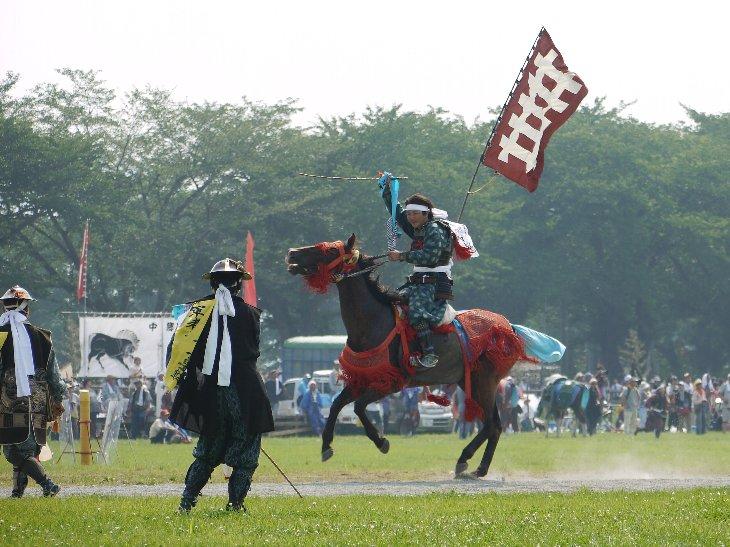 御神旗を手にした騎馬武者は羊腸の坂を総大将の元へ駆けあがります