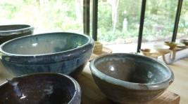 畳敷きの縁側はギャラリーとして、展示の陶器は購入もできます