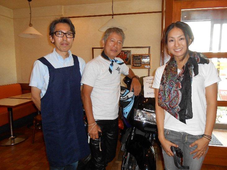 「気ままに寄り道バイク旅」旅人のお二人とレストランかつらの祐司さん(左)