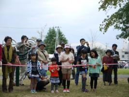 訪れた方も高見公園開園を祝うテープカットを全員で