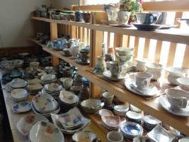 たくさんの陶器が飾られ、購入もできます。