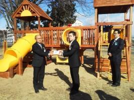 東京青年会議所の方から市長に渡されました。