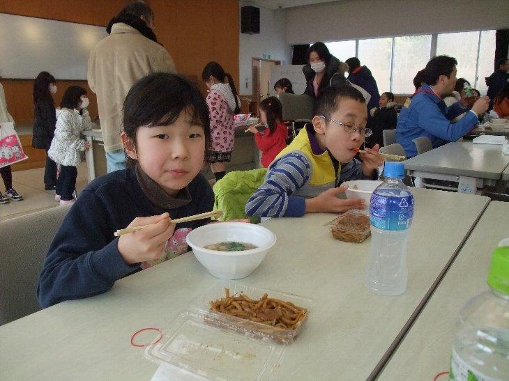 美味しそうに食べている子供たち