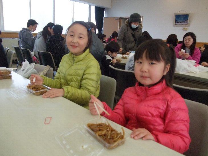 笑顔で食べている子供たち