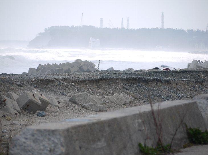 双葉の海水浴場の向こうに東京電力福島第一原子力発電所
