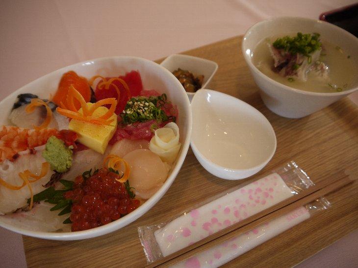 [市場食堂割烹の宿 文字島(仮店舗)]海鮮丼(980円)