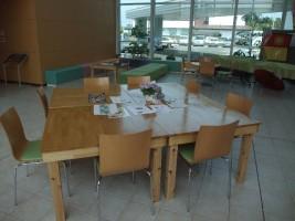 ホールで使われている手作りのテーブル