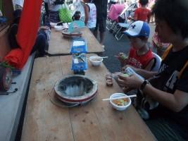 豚汁&つきたてのお餅を食べる子供たち