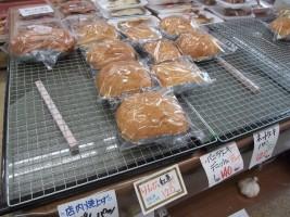 パンはお店で焼いています