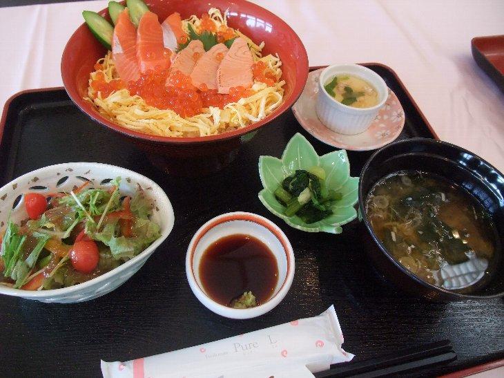 [亀屋旅館]サーモンづくし丼(1,260円)