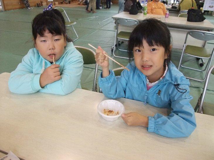 笑顔で美味しそうに食べている子供たち