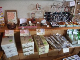 アクセサリーや和菓子も販売されています