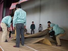巨大折り紙で折り鶴は