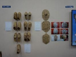 ダンボールで作られた鞄と靴