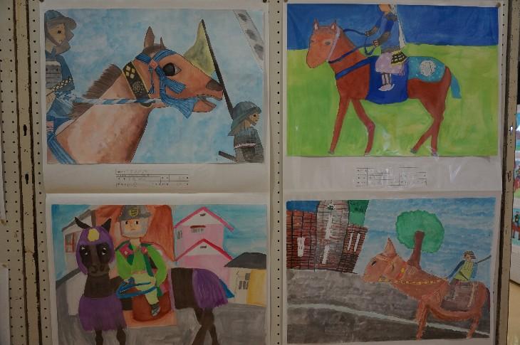 子供たちが野馬追の様子を表現した作品