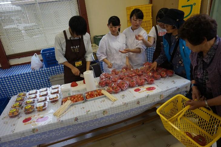 甘いトマトの試食販売