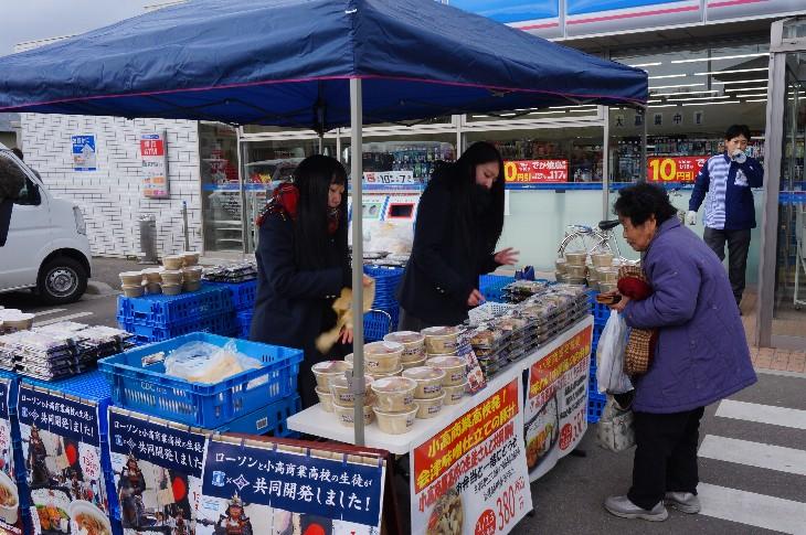 小高商業高等学校の生徒さんたちによる店頭販売